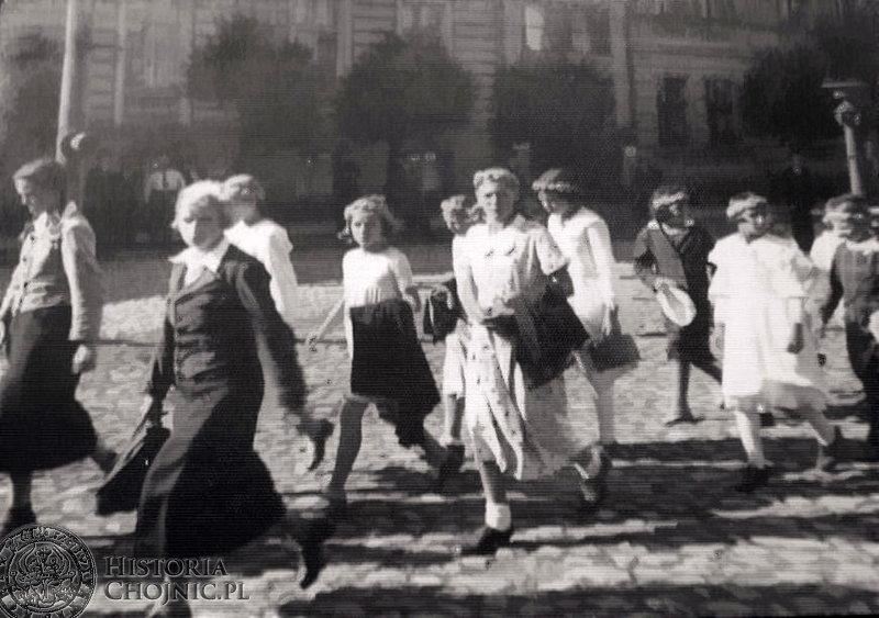 Grupa dziewcząt z Zamartego podczas  wizyty w Chojnicach. Wrzesień 1935 r.