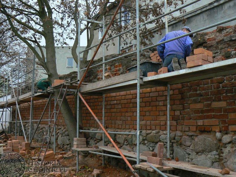 Fragment średniowiecznego muru przy miejskim stadionie doczekał się remontu. Jak określa to burmistrz Arseniusz Finster, to najdroższy mur w mieście.