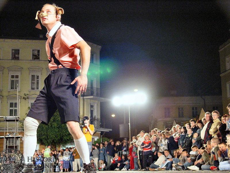 """Teatry uliczne. Chojnicka publiczność nie zawiodła na przedstawieniu """"Świniopolis""""."""