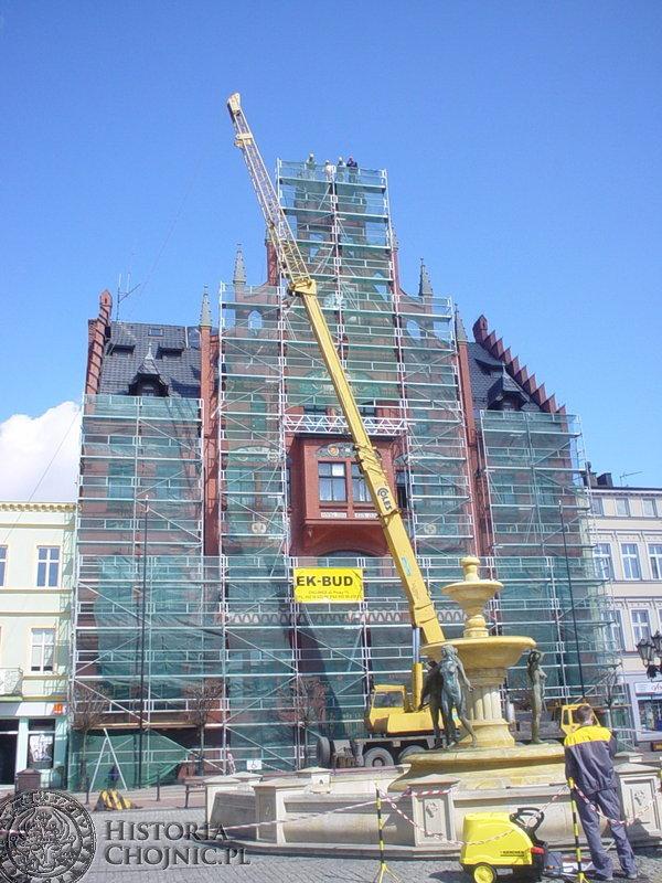 Prace remontowe wieżyczek chojnickiego ratusza.