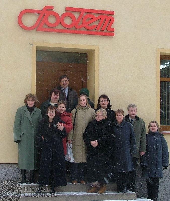 """Pracownicy biurowi PSS """"Społem"""" wraz z prezesem Marianem Rogenbukiem życzą chojniczanom wesołych i zdrowych świąt."""