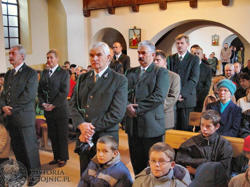 """Myśliwi Koła Łowieckiego """"Bażant"""" zebrali się na dziękczynnej mszy św. w parafii w Nieżychowicach  okazji 40 lecia koła."""