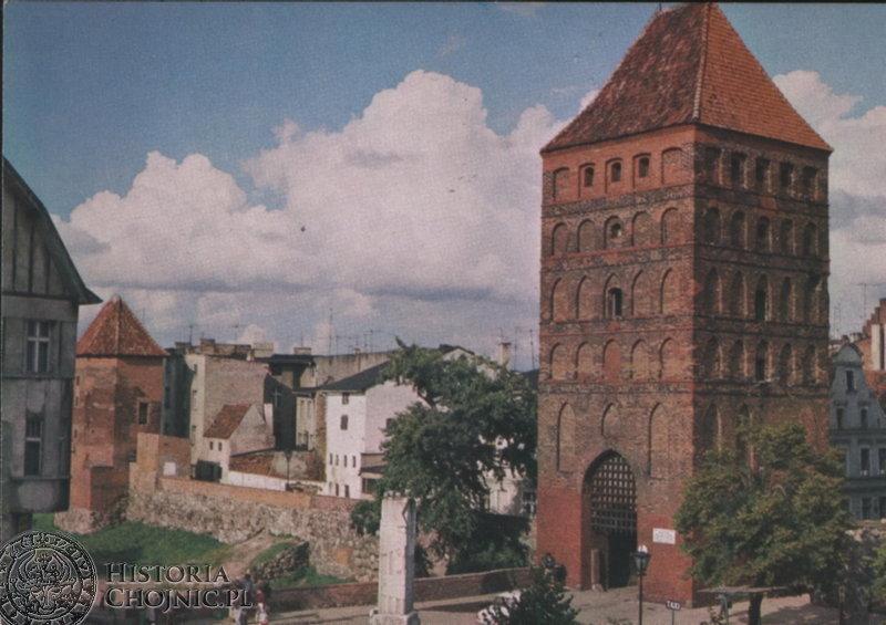 Widok na Bramę Człuchowską i fosę. Ok. 1986 r.