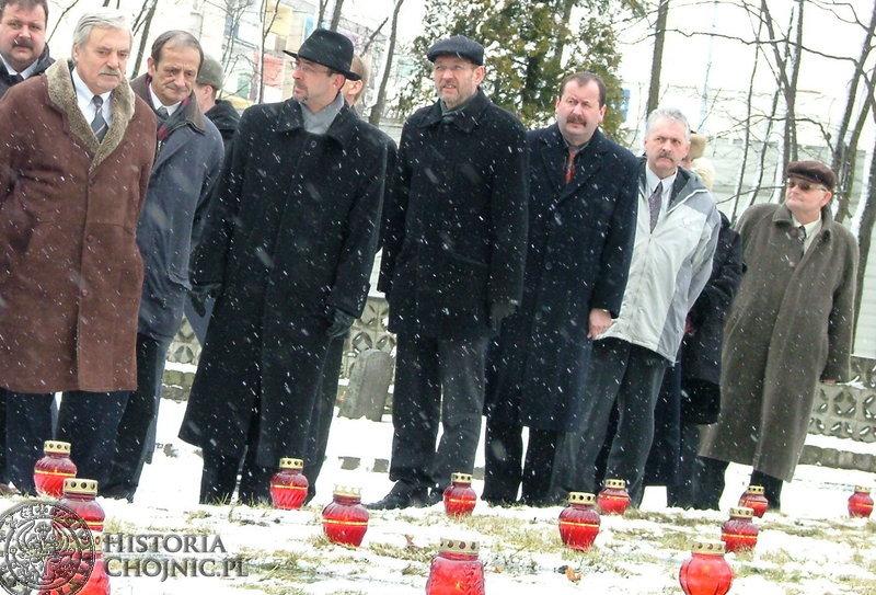 Chwila zadumy nad grobami poległych żołnierzy radzieckich. Pierwszy z lewej: Konsul Jurij Aleksiejew .