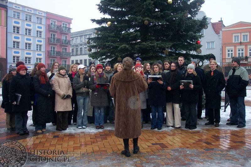 Młodzież licealna, jak, co roku zgromadziła się przy świątecznym drzewku, by zaśpiewać kolędy dla mieszkańców miasta.