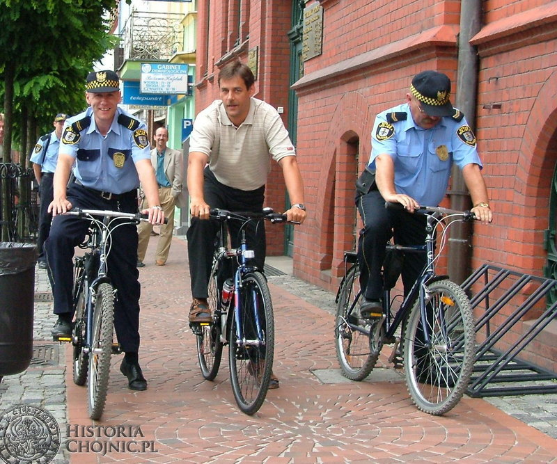 . Pierwszy patrol rowerowy z udziałem burmistrza i strażników miejskich wyruszył w stronę Parku Tysiąclecia.