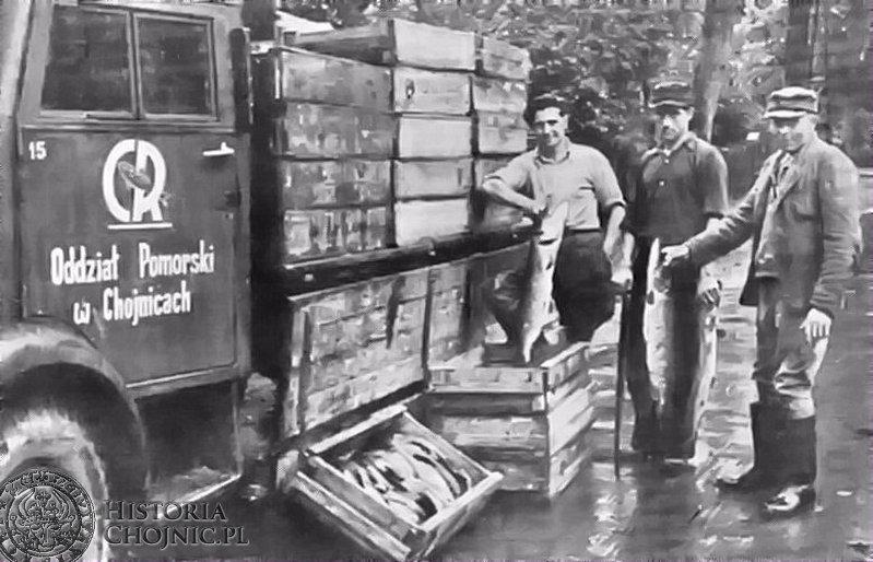 Pracownicy ZR podczas odbioru i załadunku ryby, ok 1949 r.