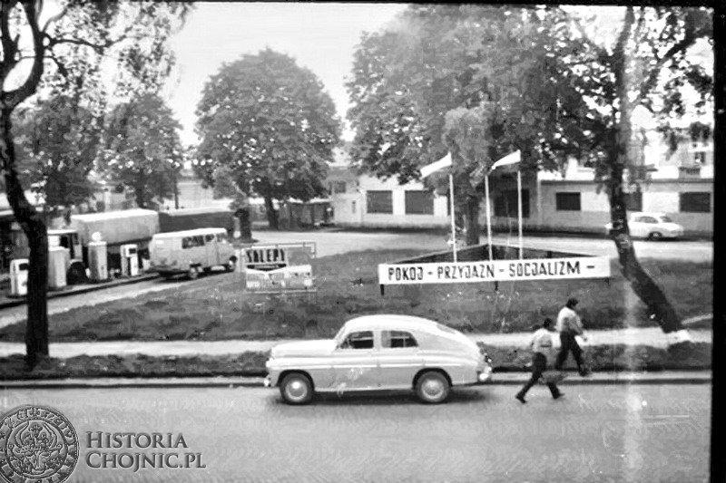 Stacja paliwowa przy ul. Gdańskiej. Po prawej zabudowania Zakładów Rybnych. Lata 70.