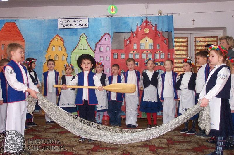 Przedszkolny zespół kaszubski uświetnia występami uroczystości.