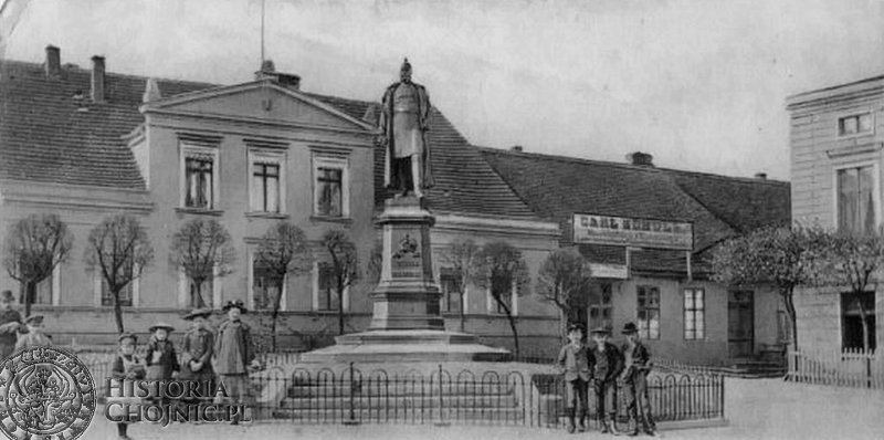 Przed pomnikiem cesarza Wilhelma w Chojnicach.