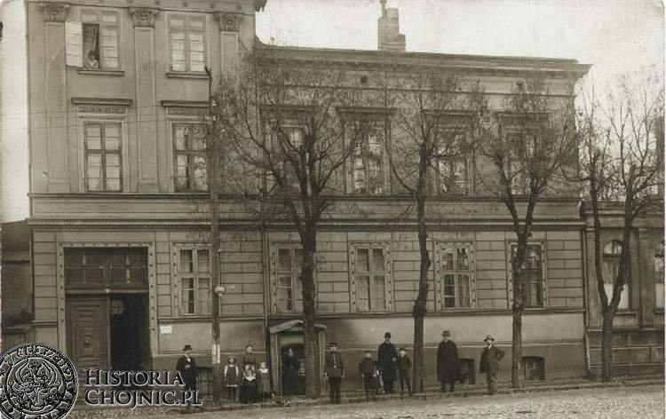 Kamienica ok. 1913 r. Opis na odwrocie zdjęcia informuje, iż przed domem stoją mieszkańcy budynku.