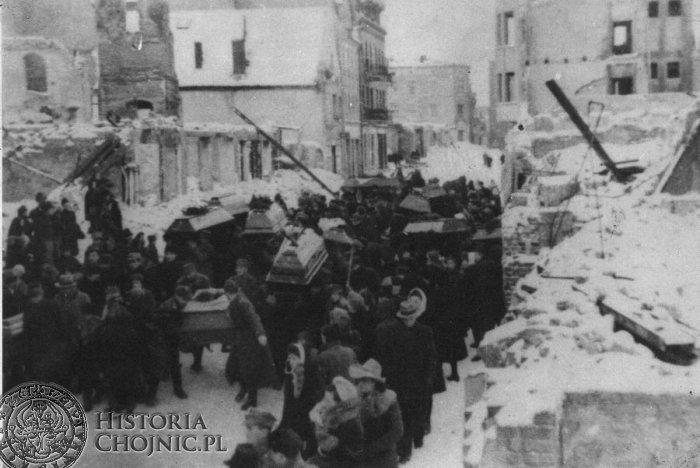 Pogrzeb pomordowanych w Chojnicach w latach 1939 – 45. 8 grudnia 1945 r. Kondukt liczył 64 trumny, które wykonano dzięki zgodzie Dyrekcji Lasów Państwowych w Gdańsku. Drewno dostarczył Tartak Państwowy w Rytlu. Hołd pomordowanym złożyło kilka tysięcy chojniczan.