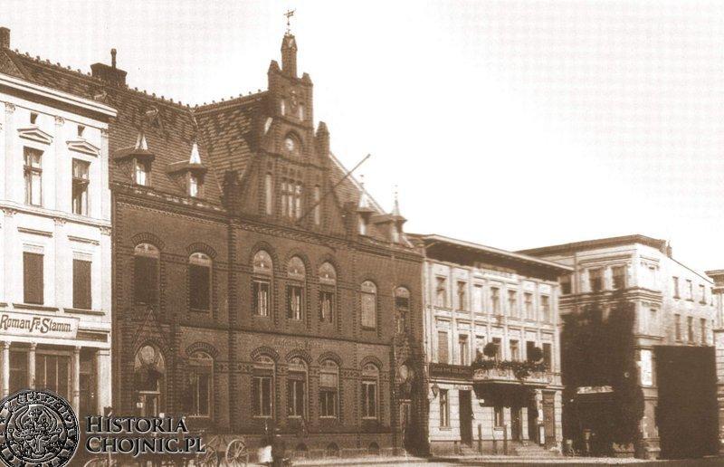 Gmach poczty na rynku w Chojnicach.