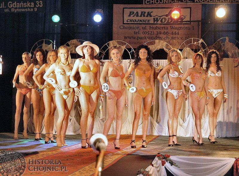 Stroje kąpielowe podkreślały atuty finalistek Miss Ziemi Chojnickiej 2004.