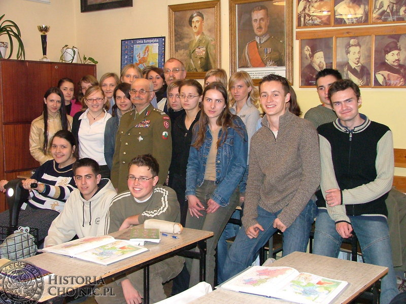 Pamiątkowa fotografia uczniów Zespołu Szkół Licealnych z płk Zbigniewem Jaworskim.