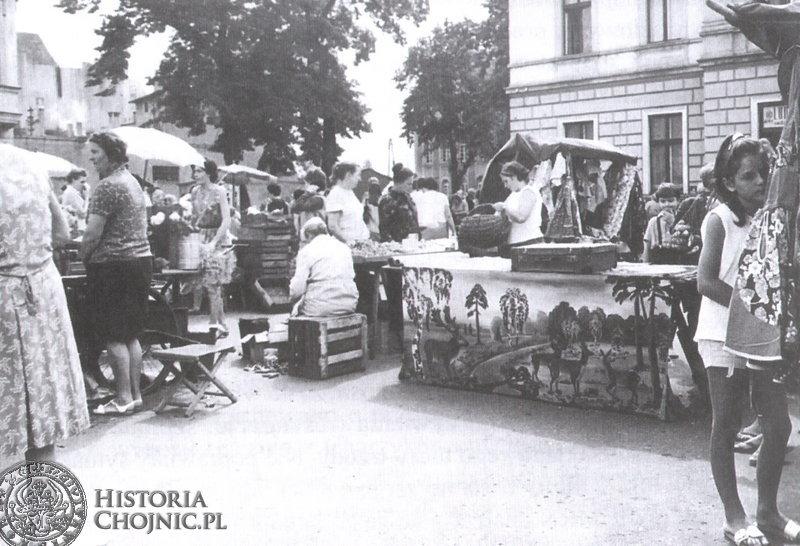 Dzień targowy na pl. Jagiellońskim. Ok. 1975 r.