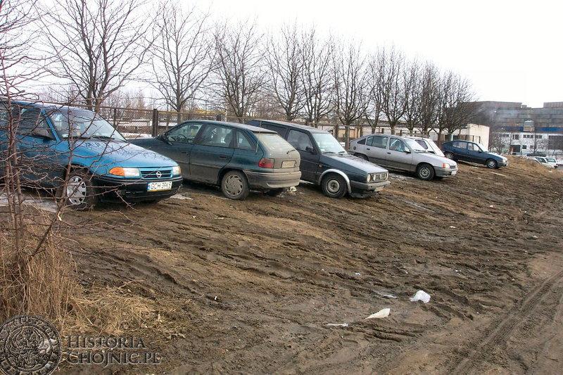 Jednym z warunków parkowania przed remontem ul. Zakładowej były sprawne hamulce. Drugim gumowe buty, aby bezpiecznie dobrnąć do samochodu.