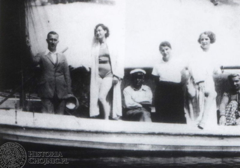 """Rejs turystyczny na """"Szarpie"""" 12 m. kw. W czapce Karol Bessert – organizator rejsu. Charzykowy 1934 r."""