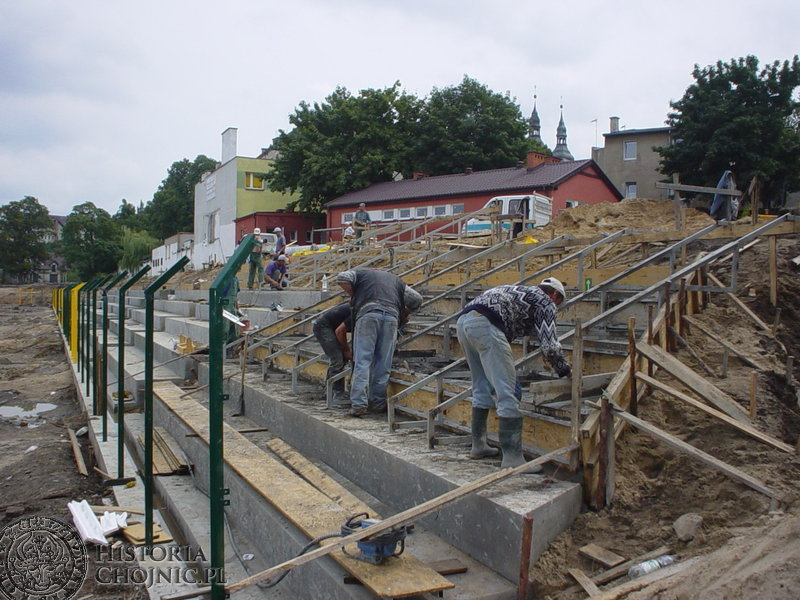 Prace związane z budową trybun na stadionie miejskim.