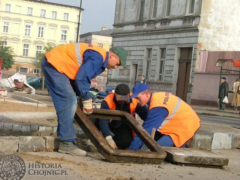 Prace wykończeniowe na pl. Jagiellońskim przy budowie zatok autobusowych, porządkowaniu studzienek kanalizacyjnych i układaniu krawężników.