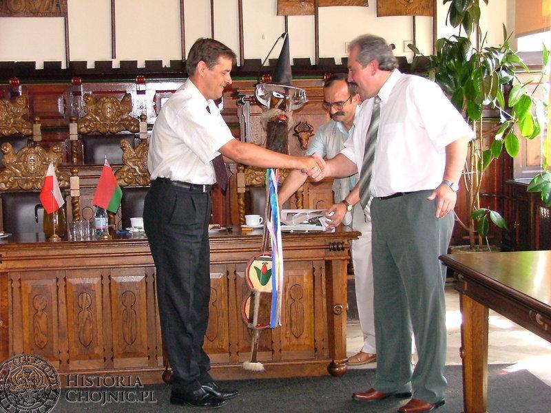 Białorusini otrzymali oryginalne prezenty – diabelskie skrzypce, miniaturowego Tura oraz foldery i albumy o Chojnicach.