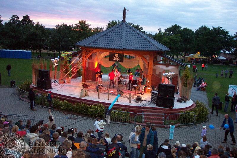 Pierwszy festiwal Szanty odbył się 14-16 sierpnia 1998 roku a miejscem realizacji była plaża przy kąpielisku gminnym w Charzykowach oraz Fosa Miejska w Chojnicach.