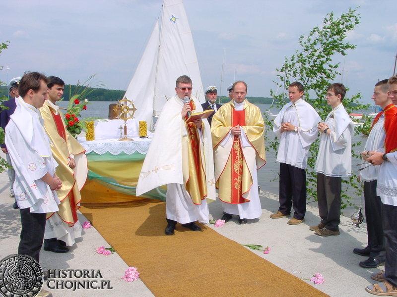 Ksiądz proboszcz Henryk Borkowski, podczas procesji Bożego Ciała. Tradycyjnie jeden z ołtarzy na charzykowskim molo.