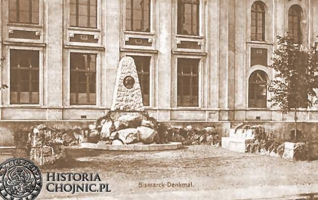Obelisk poświęcony cesarzowi przed budynkiem obecnej szkoły nr 1.