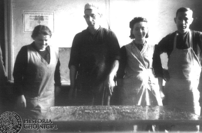 Fabryka Wyrobów Cukrowych Pettkiego. Chojnice. Pierwszy z prawej. J. Stromski. Ok. 1941 r.