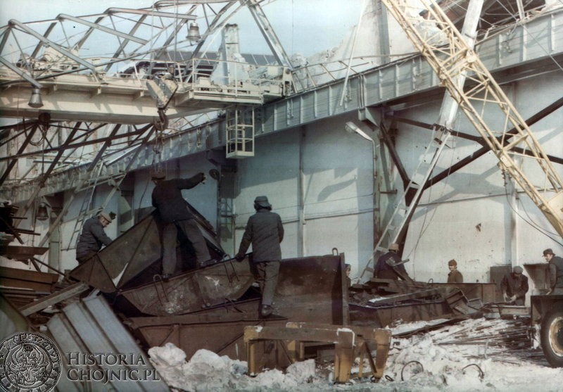 Prcownicy chojnickiego Mostosalu podczas usuwania skutków zawalenia nawy. Luty 1979 r.