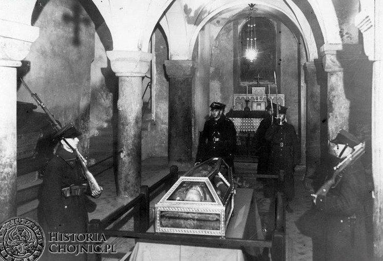 Warta honorowa przy sarkofagu marszałka Józefa Piłsudskiego w krypcie św. Leonarda na Wawelu zaciągnięta przez żołnierzy 1 Batalionu Strzelców z Chojnic i 31 Pułku Artylerii Lekkiej z Torunia . Grudzień 1935.