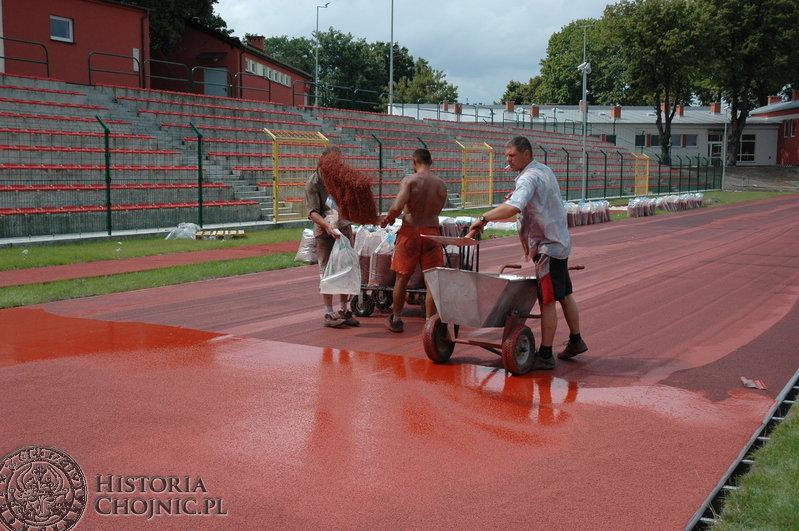 Układanie tartanu na zmodernizowanym stadionie.