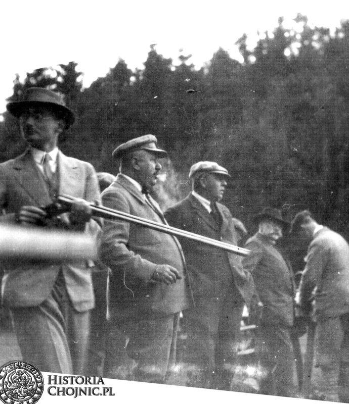 1930 r. Strzelanie konkursowe Zach - Pom. Klubu Myśliwskiego w Krojantach. Stoją od lewej:  W. Sikorski, P. Gumprecht, A. Pruszak, E. Sikorski i T Łukowicz.