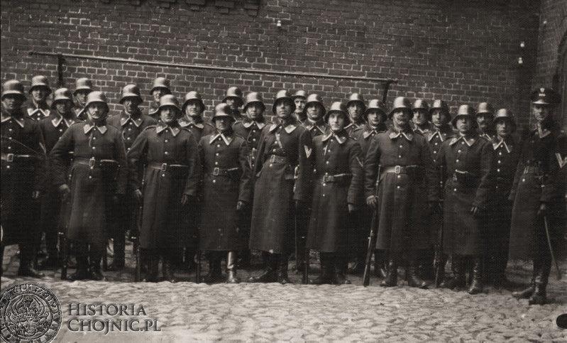 Policjanci z Chojnic. Posterunek mieścił się w kamienicy przylegającej do urzędu (Ob. Stary Rynek 2). Koniec lat 20 - tych.