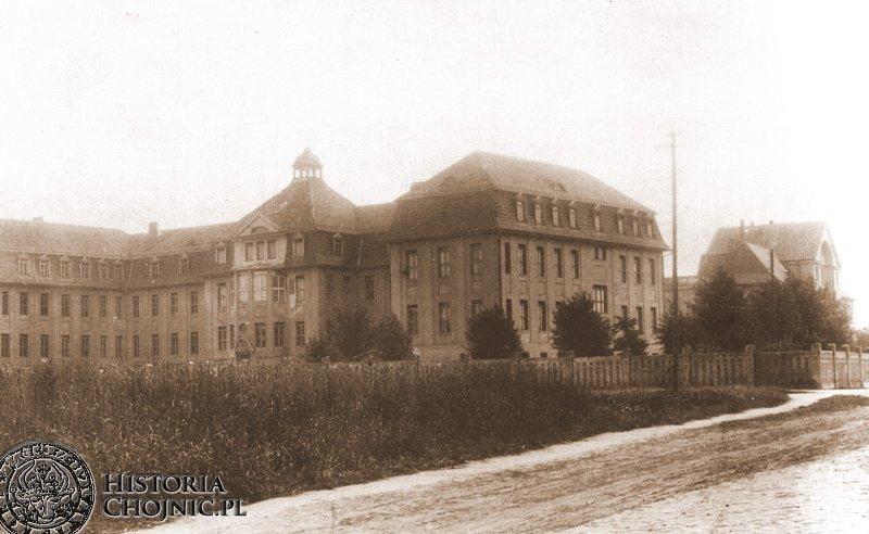 Dawny szpital powiatowy, później koszary wojskowe.