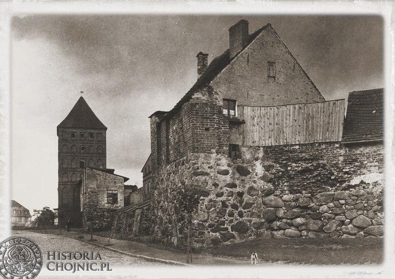 Fragment murów miejskich z zabudową mieszkalną. L. 30-te.