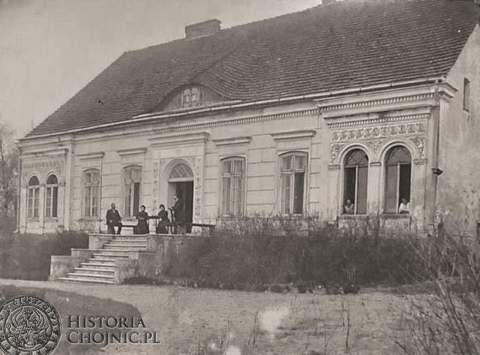 Przed starym dworem w Krojantach. Ok. 1908 r.