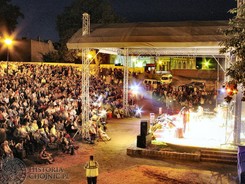 Chojnicka Noc Poetów przyciaga tłumy widzów.