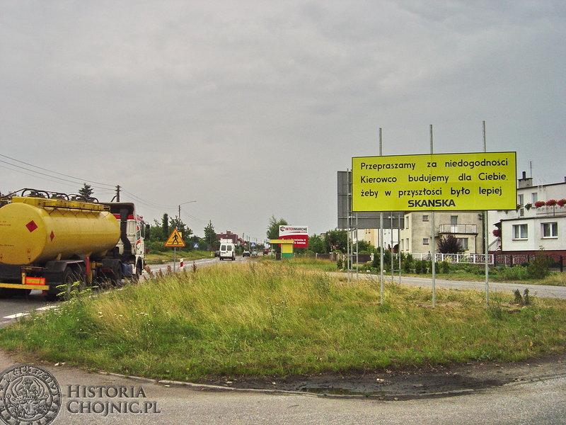 Przepraszamy za niedogodności. Kierowco budujemy dla Ciebie żeby w przyszłości było lepiej – tablicę o takiej treści na ulicy Bytowskiej ustawił wykonawca modernizacji – firma Skanska.