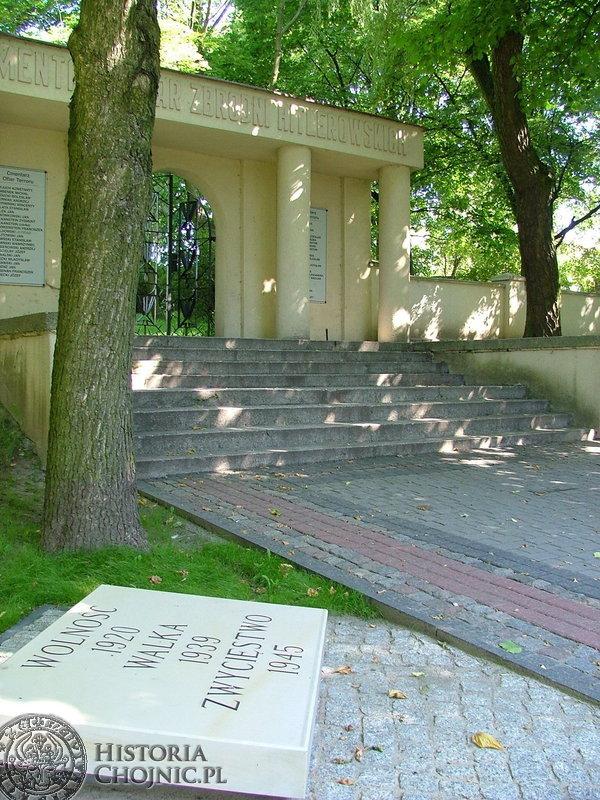 Płyta pamięci spod pomnika Za Naszą i Waszą Wolność znalazla nowe miejsce.