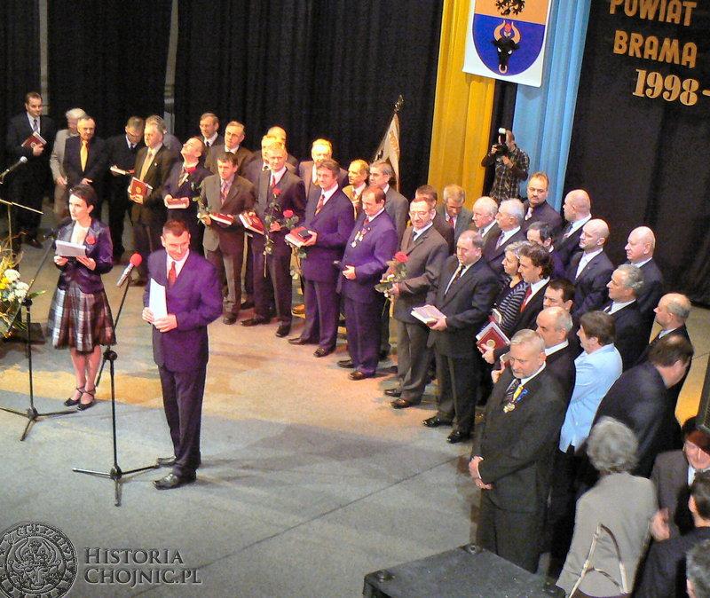 Na uroczystej gali z okazji święta powiatu stawili się niemal wszyscy radni trzech kadencji i starostowie, sypnęło medalami, kwiatami, wspomnieniami…