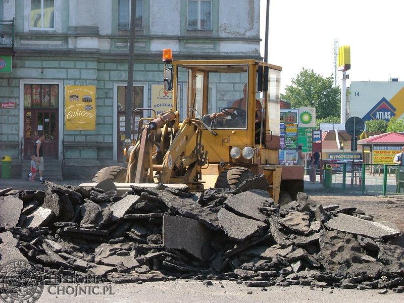 Na Placu Jagiellońskim trwało zrywanie warstwy asfaltu.