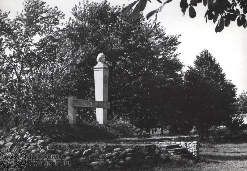Pomnik. M. Kopernika wniesiony czynem spolecznym w Parku 1000 - lecia z inicjatywy J. Rydzkowskiego.