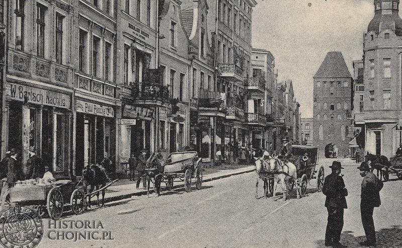 Widok na Bramę Człuchowską z rynku. Ok. 1910 r.