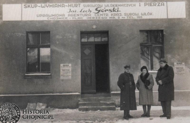 Przed punktem handlowo - usługowym Lecha Górskiego. L. 30.