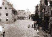 W miejscu widocznych w oddali trzech kamieniczek wybudowano nowy ratusz.Stan z ok. 1900 r.