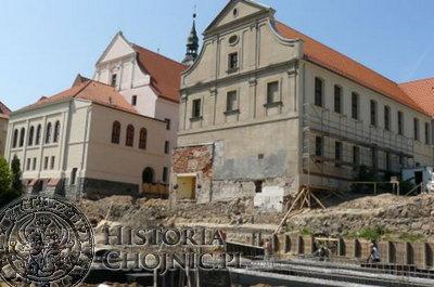 Odkryte fragmenty średniowiecznych murów w obrębie Liceum Ogólnokształcącego.