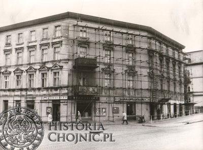 W tej kamienicy w pomieszczeniach po sklepie Adamaszek funkcjonował komis.