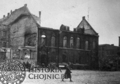 Wypalony gmach poczty w wyniku walk w lutym 1945 r.