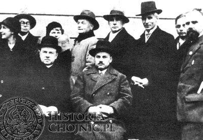 W niższym rzędzie (pierwszy od lewej) ks. dr Franiszek Jank moderator sodalicji w Chojnicach w latach 1930 – 1934. Pierwszy z prawej – Stefan Bieszk.